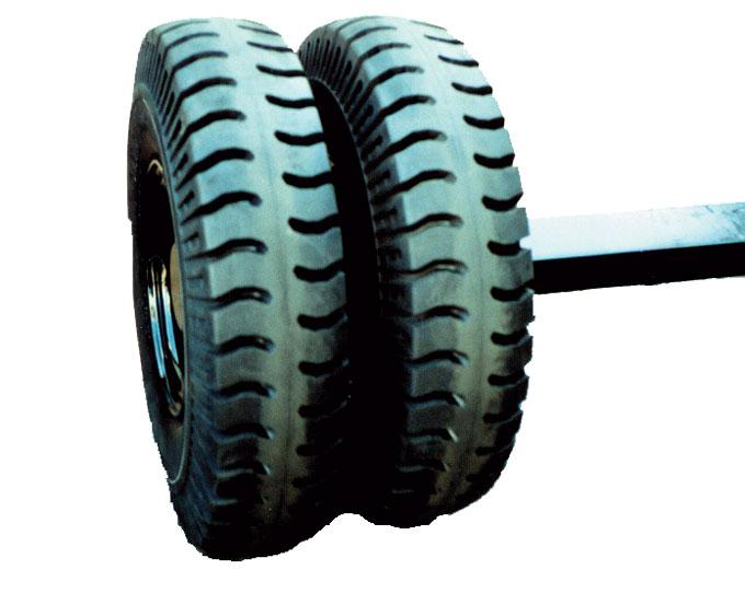 強靭なダブルタイヤ